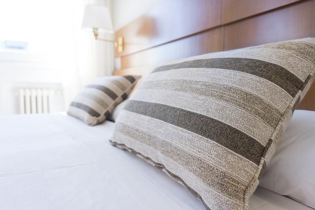 postel dřevěá