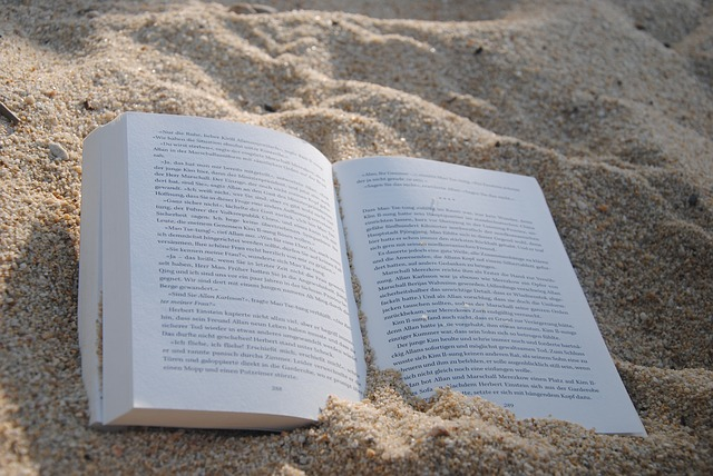 kniha v písku