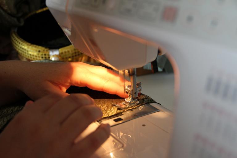 švadlena při práci u šicího stroje