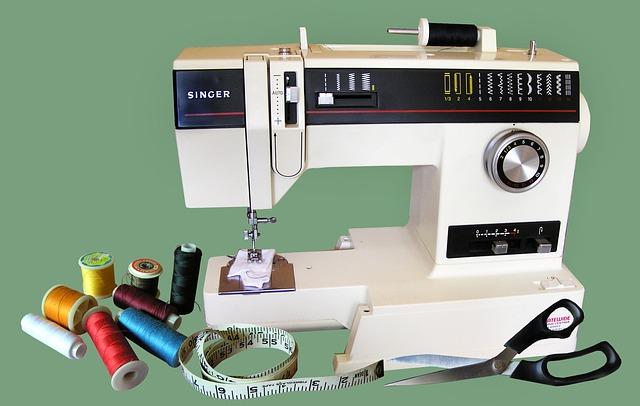 krejčovské potřeby – šicí stroj, nitě, nůžky