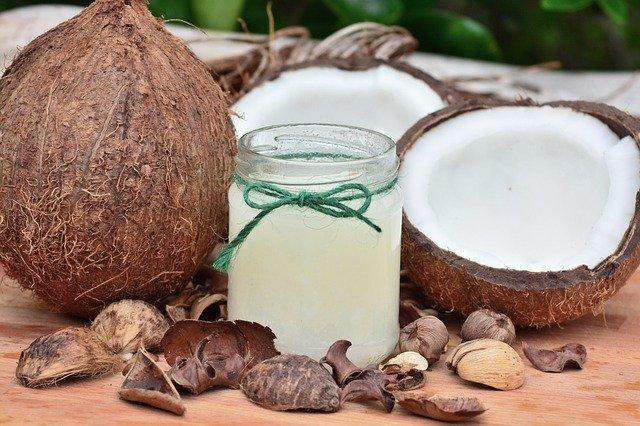 sklenice s kokosovým olejem